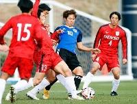 関東大学選抜との練習試合で、競り合う郷家(右から2人目)=高円宮記念JFA夢フィールド