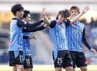 川崎―秋田 後半、FKを直接決め、祝福される川崎・田中(右から2人目)=等々力
