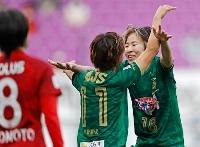 浦和に競り勝ち4連覇を果たし、小林と抱き合い喜ぶ日テレ・遠藤(右)=サンガS