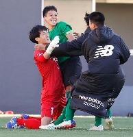 PK戦の末、高川学園に勝利し、喜ぶGK西村(左)ら昌平イレブン=NACK5