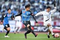 川崎―G大阪 後半、決勝ゴールを決める川崎・三笘(18)=国立競技場