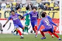 サッカーJルヴァン杯決勝の柏戦で先制ゴールを決めたFC東京・レアンドロ(左端)と大喜びのFC東京イレブン=4日、東京・国立競技場