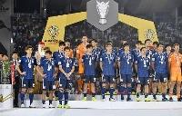 前回のサッカーのアジア・カップで優勝を逃し、表彰式で銀メダルを胸に整列する日本イレブン=2019年2月1日、アブダビ