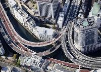 昨年4月、新型コロナの緊急事態宣言が発出され、交通量が減った首都高速道路=東京都中央区