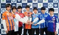 桐蔭横浜大からJリーグのクラブへ加入する7選手。右から3人目は川崎へ入る橘田=13日、横浜市