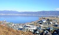 中央道諏訪湖サービスエリア付近から見た諏訪湖。南東側(右)は農地も広がっている=昨年12月23日