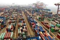 中国江蘇省の港に積まれたコンテナ=2020年12月(新華社=共同)