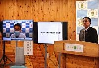 「医療非常事態宣言」について説明する阿部知事(右)とオンラインで記者会見に参加した松本市立病院の中村院長=14日、県庁