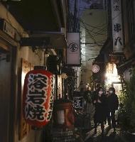 昨年11月、時短営業の要請が始まり、明かりが消えた大阪・梅田の飲み屋街