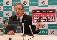 記者会見で2021年春闘の要求方針を説明する、全トヨタ労働組合連合会の鶴岡光行会長=15日午前、名古屋市