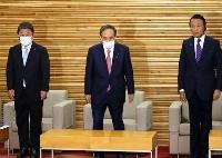 閣議に臨む(左から)茂木外相、菅首相、麻生財務相=15日午前、首相官邸