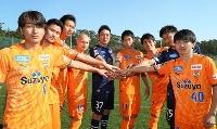 J1清水の新体制発表でポーズを取るGK権田(37)ら(クラブ提供)