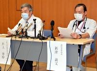 市立大町総合病院での感染について説明する井上院長(左)ら=15日、大町市
