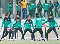 松本市かりがねサッカー場で練習に臨む松本山雅の選手たち