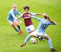 サッカー女子のイングランド・スーパーリーグのマンチェスター・シティー戦でリーグ初出場したアストンビラの岩渕(中央)=マンチェスター(共同)