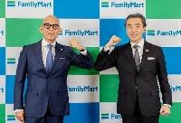 ファミリーマートの社長に就任する細見研介氏(左)と現社長の澤田貴司氏=18日午前