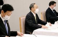 7府県知事とのテレビ会議で、あいさつする菅首相(中央)。左は西村経済再生相=19日午後、首相官邸