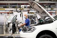 ドイツ北部ウォルフスブルクのフォルクスワーゲンの工場で、マスクを着けて作業する人=2020年4月(ロイター=共同)