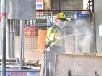 20日、台湾北部・桃園市の南門市場で消毒する当局者(中央通信社=共同)