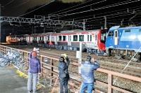 電気機関車に引かれて屋代駅に到着した、SR1系の赤い一般車両=23日午前0時すぎ