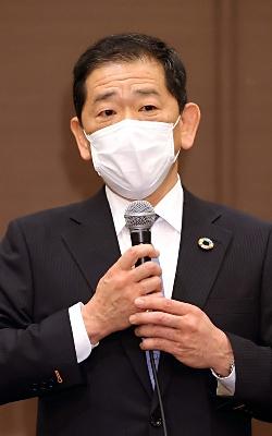 参院県区補選への擁立が決まり、記者会見する小松裕氏=23日、長野市