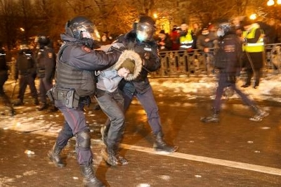 ナワリヌイ氏を支援する無許可集会の参加者を拘束する警察官ら=23日、モスクワ(タス=共同)