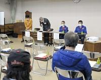 説明会の冒頭で施工不良について陳謝する大林組の対馬部長(左から2人目)ら