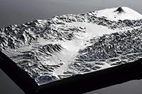 諏訪地方と周辺の地形を再現した「山モデル」。諏訪湖(手前)や八ケ岳連峰(手前左)、富士山(右奥)がある