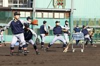 キャッチボールで肩を慣らす上田西の選手たち
