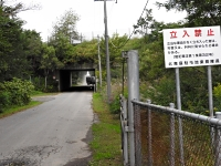 陸上自衛隊北海道大演習場の島松地区に通じる道路は立ち入り禁止になっており、場内の様子をうかがい知ることはできない=ことし9月、北海道恵庭市