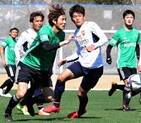 清水との練習試合で、平川(右端)からパスを受けてゴールに迫る戸島(手前左)