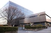 休眠口座の手数料導入を決めた八十二銀行本店=10日、長野市