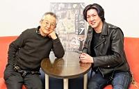 出演する串田和美(左)と吉野圭吾。稽古について串田は「無言の会話や存在から発せられる周波数をくみ取ることに苦労しているが、こうした状況からつかみ取れるものもある」=4日、松本市