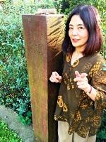 昨年9月にベルリンのドロテーエンシュタット墓地を訪れた多和田葉子さん(撮影は㊤㊦ともElena Giannoulisさん)