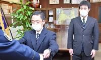 感謝状を受け取る藤家さん(左)ら