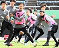 セットプレーの練習に取り組む(ピンク色のビブス左から)佐藤、前、安東