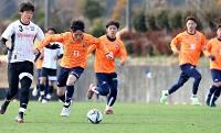 藤枝と行った練習試合の2回目で、攻め上がるAC長野の(オレンジ左から)榊、三田、東=14日、静岡県