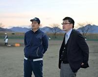練習する選手たちを見つめる吉崎監督(左)と原総監督
