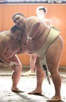 部屋の幕下力士と相撲を取る御嶽海