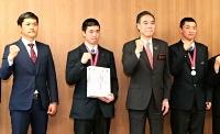 選抜高校野球大会出場を阿部知事(右から2人目)に報告した上田西の(左から)吉崎監督、柳沢主将、笹原(右)
