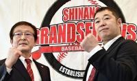 独立リーグ日本一を目標に掲げた伊藤投手コーチ(右)と竹内社長
