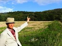 長沼ナイキ基地の建設地になった馬追丘陵を指さす薮田亨=ことし10月、北海道長沼町
