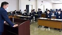 柳沢監督(左)の話に耳を傾ける選手たち