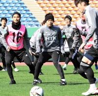 セットプレーの攻防を確認する小手川(中央)ら松本山雅の選手たち