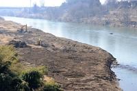重機を使って掘削工事が始まった千曲川の立ケ花橋上流部=22日、長野市・中野市境付近