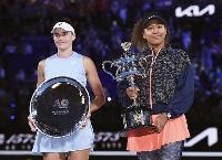 女子シングルスで優勝した大坂なおみ(右)と準優勝のジェニファー・ブレイディ=メルボルン(ゲッティ=共同)