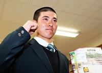初戦の対戦相手が広島新庄に決まり、ガッツポーズで意気込む上田西の柳沢樹主将=23日、上田西高