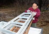 庭の清掃などに使う道具をトラックに積み込む岡村さん