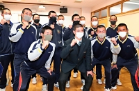 「絶対勝つぞ」。1回戦の対戦相手が決まり、意気込む上田西の柳沢樹主将(前列左から2人目)ら野球部員