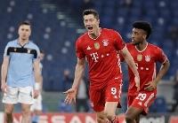 欧州チャンピオンズリーグの決勝トーナメント1回戦第1戦、ラツィオ戦で先制ゴールを喜ぶバイエルン・ミュンヘンのロベルト・レバンドフスキ=23日、ローマ(AP=共同)